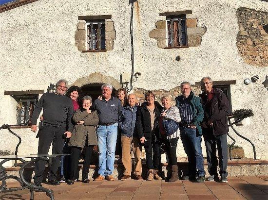 Llinars del Vallès, España: Grupo de amigos con los propietarios de la masía, Josep y Agustina.