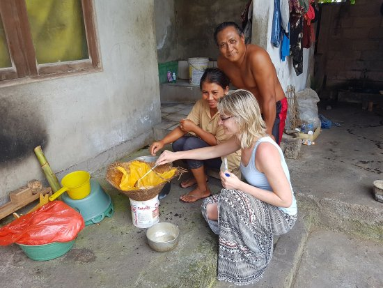 Pura Gede Luhur Batu Ngaus: výroba kokosového oleje u místních doma