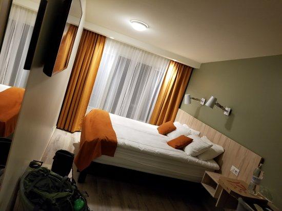 Hallormsstadur, Islandia: queen size bed w decent space