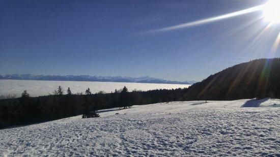 Vaud, Suiza: Женевское озеро внизу под облаками.