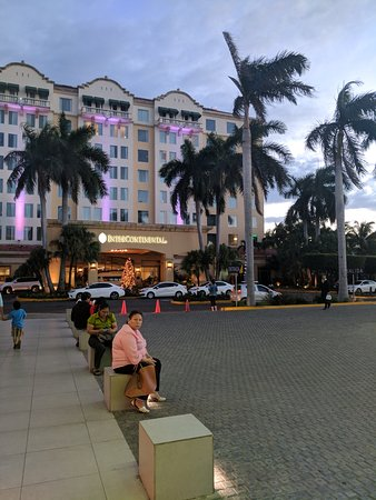 Real InterContinental Managua at Metrocentro Mall: Front entrance of hotel