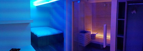 Alanno, Italia: SPA letto ad acqua (sx) e sauna (dx)