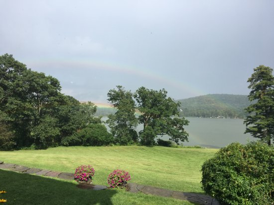 Alpine, Nova York: Who doesn't love a double rainbow the day after your wedding?!