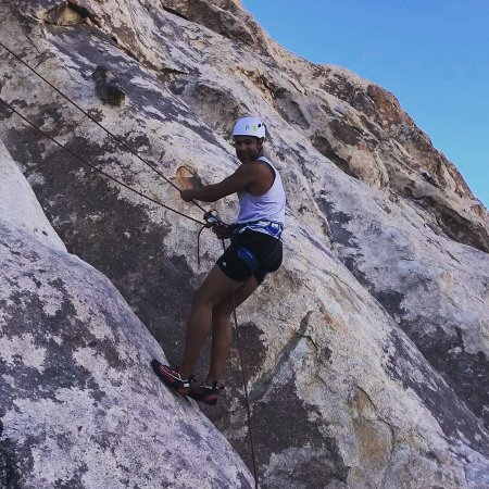 Joshua Tree, Californië: Andy on his first rappel.  Sign up for our How to Rock Climb class and experience it!