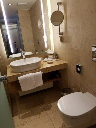 Waldhotel Stuttgart: Small Bathroom
