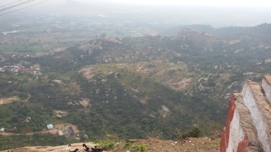 Sholinghur, Inde : Yoga Anjaneya Temple as seen from Yoga Narasimha Hill Top