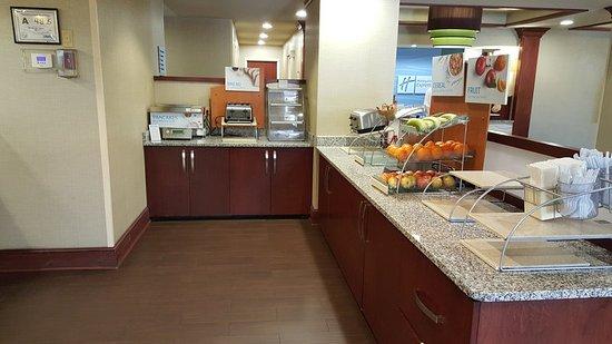 Holiday Inn Express & Suites Wilmington - University Center: Restaurant