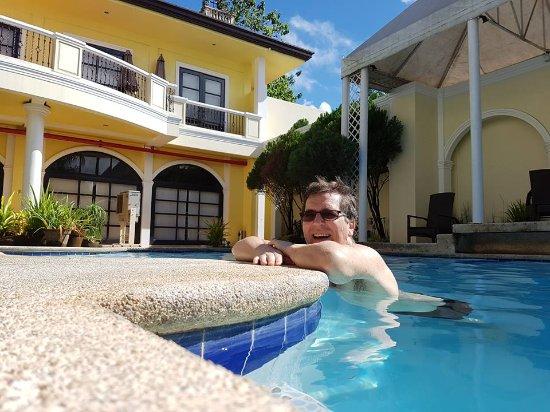 Planta Centro Bacolod Hotel & Residences: Lite men bra basseng