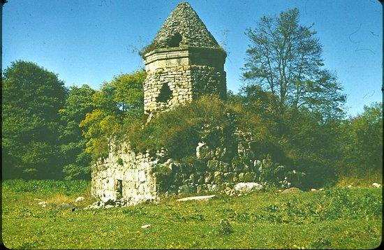 Berd, Armenien: церковь  Кптаванк, в лесу над городом Берд