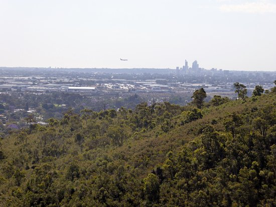 Lesmurdie, Australien: View over Perth basin to city skyline & plane going in to land