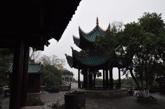 """Yueyang, Kina: 仙梅亭和远方的""""南极潇湘""""牌坊"""