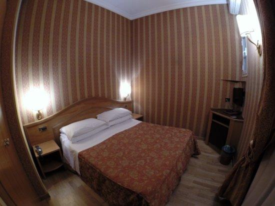 Hotel Solis: Nice bedroom with wooden floor