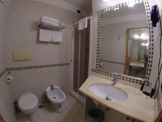 Hotel Solis: Good-sized bathroom