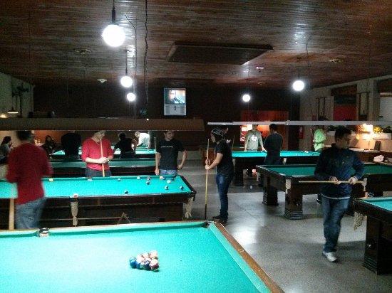 c58b560a0fa Amplo Salão de Bilhar com 14 mesas - Foto de Pizzaria Snooker Bola ...