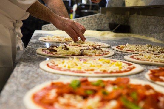 Horgen, สวิตเซอร์แลนด์: Zubereitung von knusprigen dieci Pizze