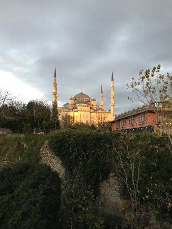 Hotel Darussaade Istanbul: Vista desde la terraza del desayuno (mezquita azul)