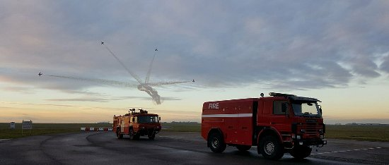 Gainsborough, UK: red arrows over Mk10 & queens flight scania