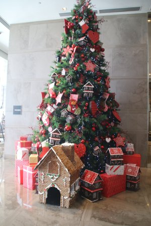 Marco Polo Ortigas Manila: Lobby decorated for the holidays