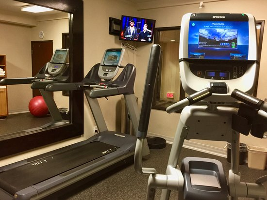 DoubleTree by Hilton Bend: Small fitness room with two pieces of Precor equipment