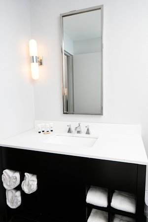 Red Lion Inn & Suites- Chambersburg: Guest Vanity