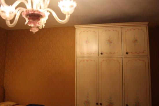 Hotel Castello: Armario de la Habitaciòn.