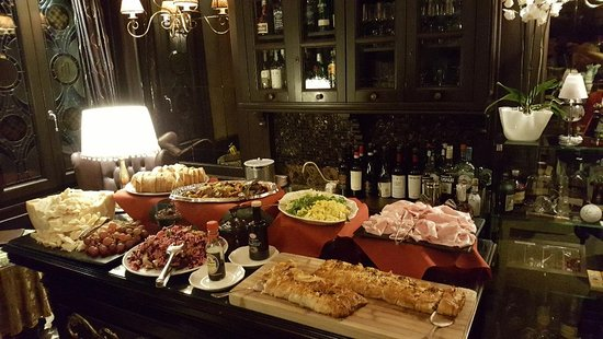Hotel Moresco: Nightly happy hour complimentary buffet.