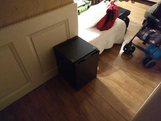 Hotel Clitunno: Comodo (per inciampare) frigobar
