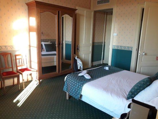 Soleil Vacances Hôtel Le Terminus: Quite spacious room