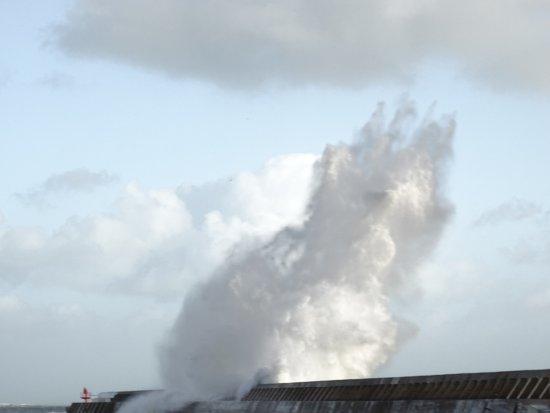 Plobannalec-Lesconil, Pháp: vague lors de la tempête Carmen le 01/01/2018