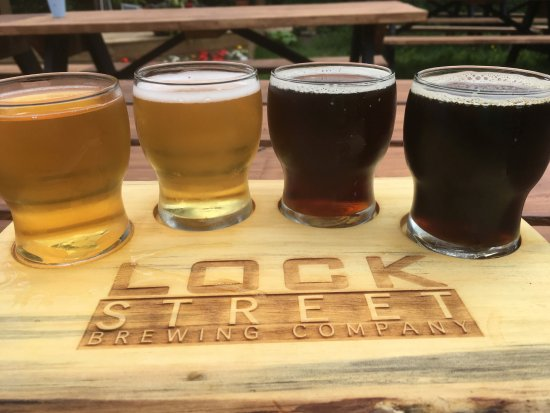 St. Catharines, Canada : sampler in their beergarden