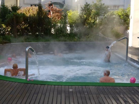 "Radisson Blu Hotel Bucharest: הג""קוזי החיצוני ענק והמים חמים רואים על פי האדים שעולים מהמים"