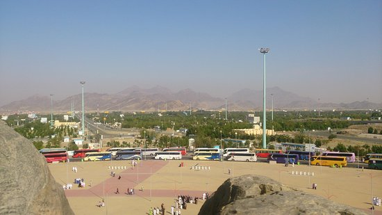 Makkah Province, Saoedi-Arabië: Queue of colorful buses in Jabal Rahmah