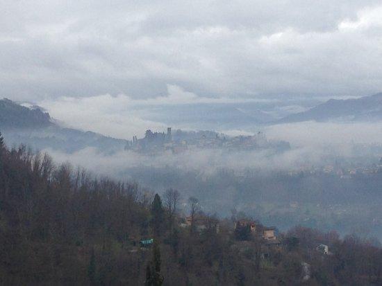 Renaissance Tuscany Il Ciocco Resort & Spa: Barga gioca a nascondino