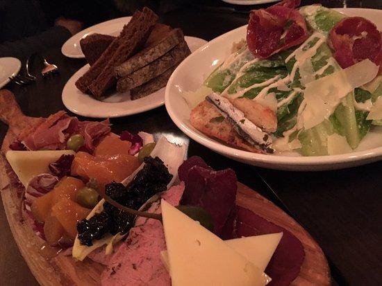 Sleeping Buffalo Restaurant & Lounge: 添えてあるパンも美味しい