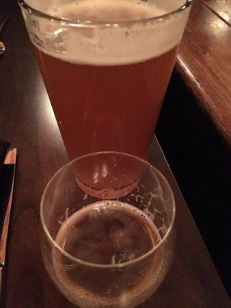 Sleeping Buffalo Restaurant & Lounge: 手前が味見用のビール