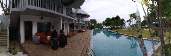 Arawan Krabi Beach Resort: Swimming pool in front of the Villas