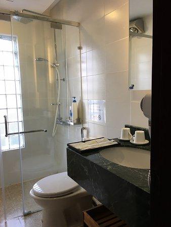 Splendid Boutique Hotel: Bathroom with good amenities.