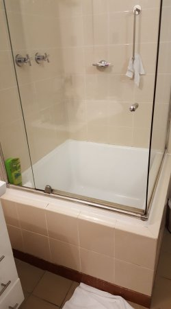 Medina Serviced Apartments Martin Place: very large step over into shower with nothing to hang onto to stop slipping,