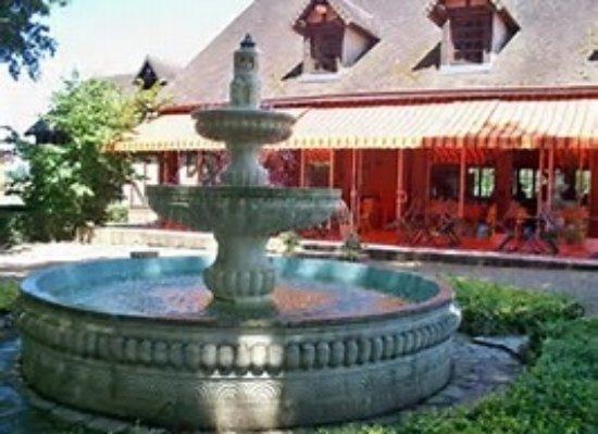Couddes, França: la fontaine et terrasse du restaurant