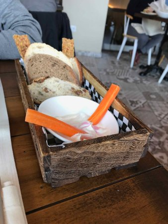 Un entrante y la variedad de panes