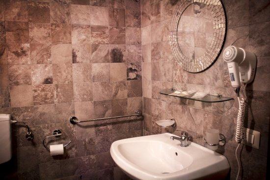 Il bagno della camera è fornito di phon prodotti per l igiene