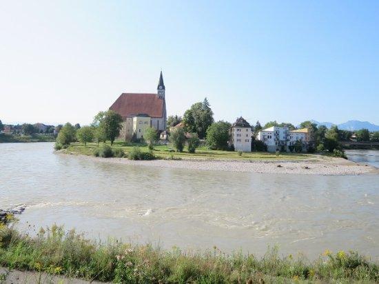 Laufen, Tyskland: 川を挟んで見る教会