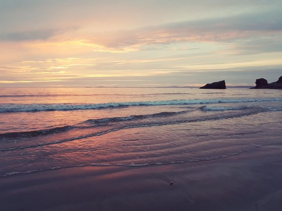 Broad Haven, UK: Sunset on Broadhaven Beach, less than 5 minutes from Broadhaven Youth Hostel