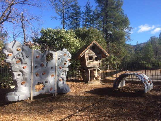 Lakehead, CA: playground by parking lot & visitor's center