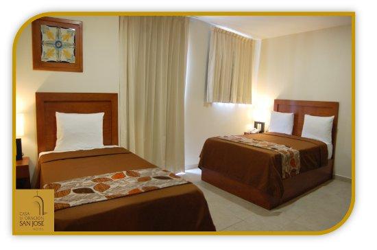 Hotel Casa de Oracion San Jose : habitación junior suite con una cama matrimonial y una cama individual