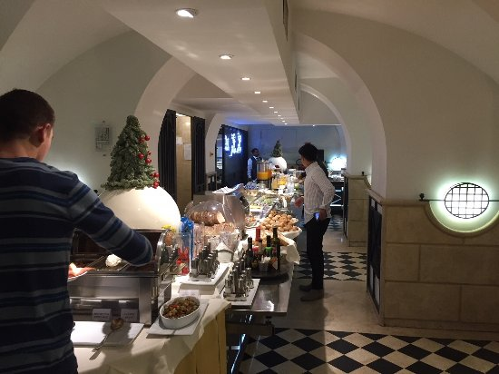 Hotel Savoy: First half of the breakfast buffet, it continue to the right at the end of the table.