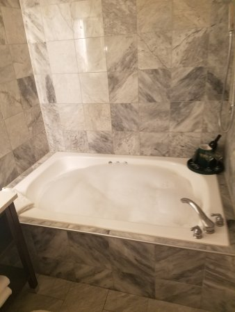 Mill Creek Hotel: Our travelers love our spacious Jacuzzi tubs in every bathroom!