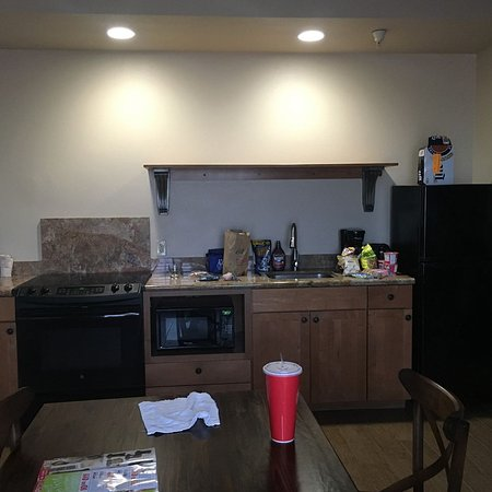 Camp Pendleton, CA: kitchen area with full stove/microwave refrigerator, came with dishes/forks/spoons, coffee pot
