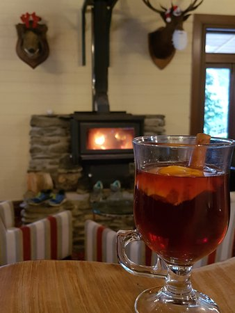 Furneaux Lodge: mulled wine in the bar next to the fire place