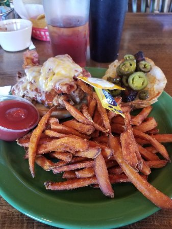 Mauldin, Carolina del Sud: Mile High Nachos and Jamaican Me Hungry Chicken Sandwich with Sweet Potato fries.